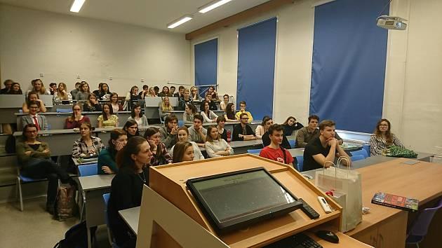 Práci ambasády USA v ČR představili její zaměstnanci studentům českobudějovického Gymnázia J. V. Jirsíka.