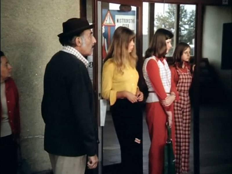 Kromě známých herců (vlevo Miloš Kopecký) se u natáčení pohybovala řada kolemjdoucích.