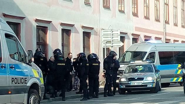 Plné policistů bylo v neděli širší centrum Budějovic. Monitorovali pohyb pardubických fanoušků po městě. Snímek je z Mánesovy ulice.