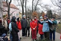 Přibližně dvě desítky lidí si nenechaly ujít první letošní přírodovědnou procházku, kterou v sobotu uspořádala Calla. Gestikulující muž napravo v popředí je botanik Milan Štěch.