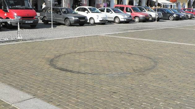 Po motorkářské svatbě zůstal na dlažbě náměstí černý kruh.