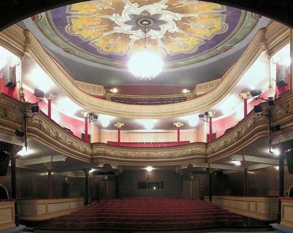 Překrásná čelní fasáda táborského Divadla Oskara Nedbala a jeho historický sál lákají filmaře už desetiletí.  Stropní fresku kolem lustru odkryli technici při seriálu Největší z Pierotů.