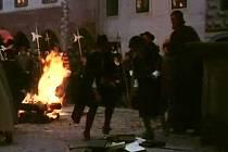 Katoličtí biřicové vynášejí z domu Komenského knihy a pálí je. Scéna byla natočena na náměstí Míru ve Slavonicích.
