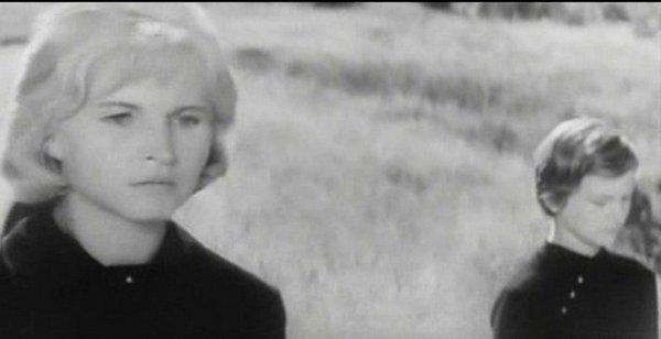 Zdena Beranová vpravo (tehdy čtrnáctiletá) kráčí vpohřebním průvodu po boku herečky Marie Tomášové. Pro šumavskou dívenku bylo filmování velkým zážitkem.
