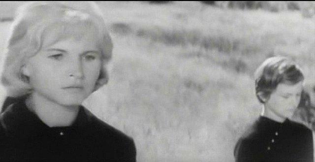 Zdena Beranová vpravo (tehdy čtrnáctiletá) kráčí v pohřebním průvodu po boku herečky Marie Tomášové. Pro šumavskou dívenku bylo filmování velkým zážitkem.