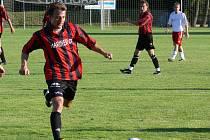 Marek Fojtík (u míče). Zahrát si a zavzpomínat možná ve středu přijede do Bavorovic i jeho bývalý spoluhráč a dnes opora Křemže Luděk Edelman (v pozadí).