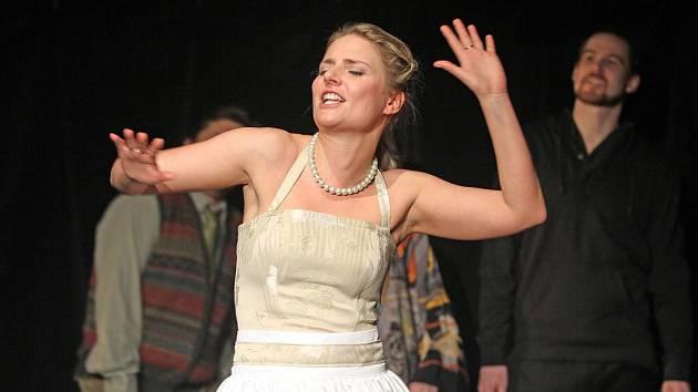 Jihočeské divadlo uvede v pátek premiéru crazy romantické komedie Lov na losa. Na snímku Dana Verzichová jako Eliza.