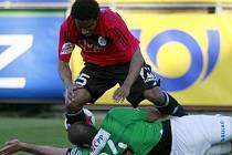 Brazilec Sandro padá přes jabloneckého Petra Pavlíka.
