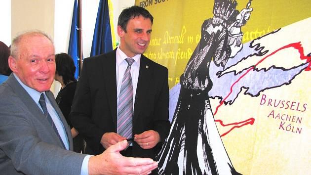 Prezident Klubu českých turistů Jan Havelka (vlevo) ukazuje, kudy povede trasa z Blatné do Bruselu. Přihlíží hejtman Jiří Zimola.