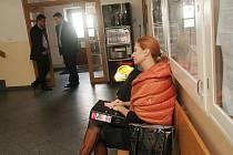 Okresní soud v Českých Budějovicích začal 13. listopadu projednávat žalobu, kterou podala Jihočeská filharmonie na provozovatele kavárny v jejím sídle, jímž je Libor Moravec, JF podala žalobu o vyklizení. V popředí právnička JF Marta Fišnerová.