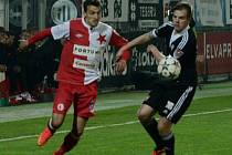 Aleš Hanzlík v I. lize v duelu se Slavií bojoval s Vukadinem Vukadinovičem (na snímku) a poté v lize juniorů s Mladou Boleslaví proti jeho bratru Miljanovi.