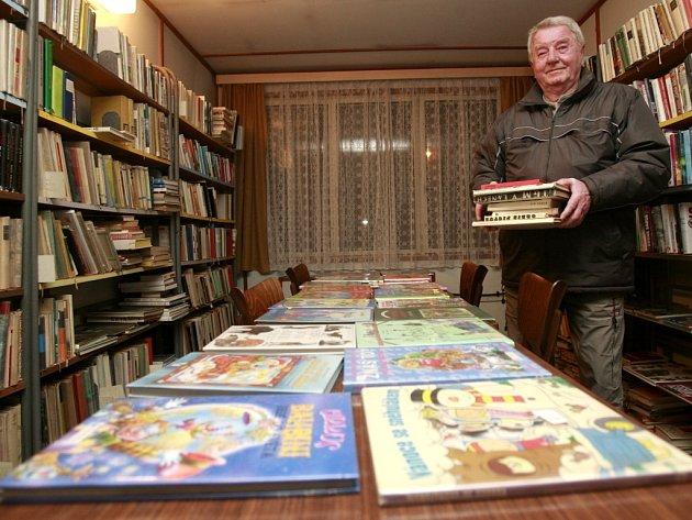 O knihovnu v Litvínovicích, jež nyní sídlí ve stavební buňce, se přes 30 let stará Bohumil Dašek.