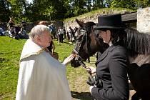 Koním a jejich jezdcům se dostalo požehnání na hradě Helfenburk.