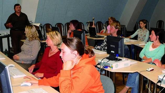 Kurz počítačových dovedností složily všechny jílovické účastnice úspěšně.