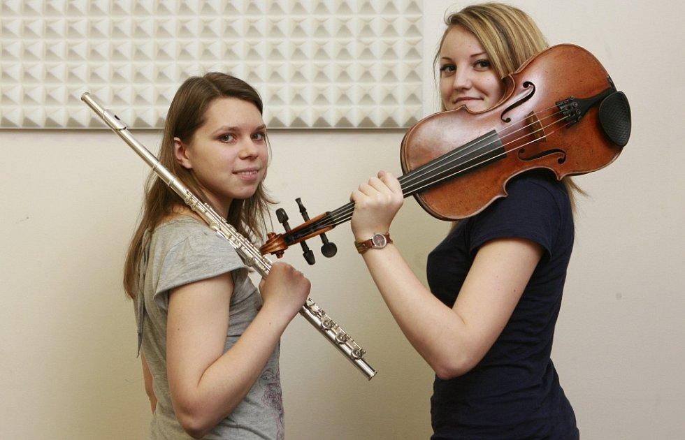 Violistka Lenka Němcová, rodačka z Českých Budějovic, absolutní vítězka soutěže konzervatoří 2014 v oboru viol. Na snímku s Anežkou Vargovou v roce 2012.