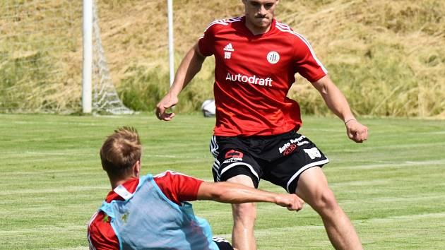 Fotbalisté Dynama se ve středu ve Freistadtu střetnou v přípravném utkání s Dynamem Moskva. Na snímku z tréninku Jan Vítovec v souboji s Patrikem Čavošem.