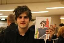 Martin Škoda se svou knihou.