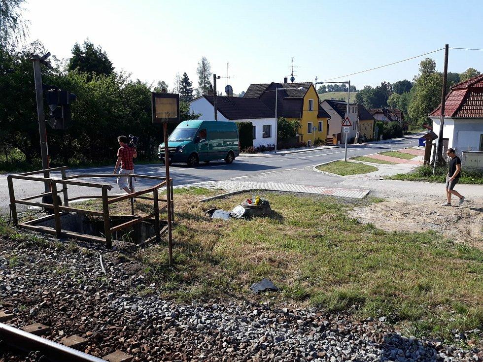 Tragická dopravní nehoda na železničním přejezdu mezi Kamenným Újezdem a Včelnou v roce 2018.