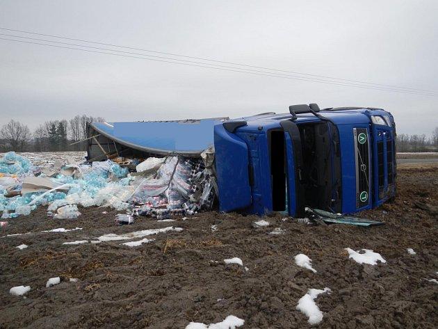 Havarovaný kamión převážející náklad limonád v plastových láhvích blokoval dnes (20. února) v dopoledních hodinách silnici u Žimutic, části obce Sobětice.