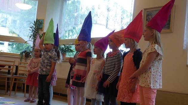 Děti z Mateřské školy v Čéčově ulici přišly v úterý popřát obyvatelům Domova s pečovatelskou službou v Nerudově ulici.