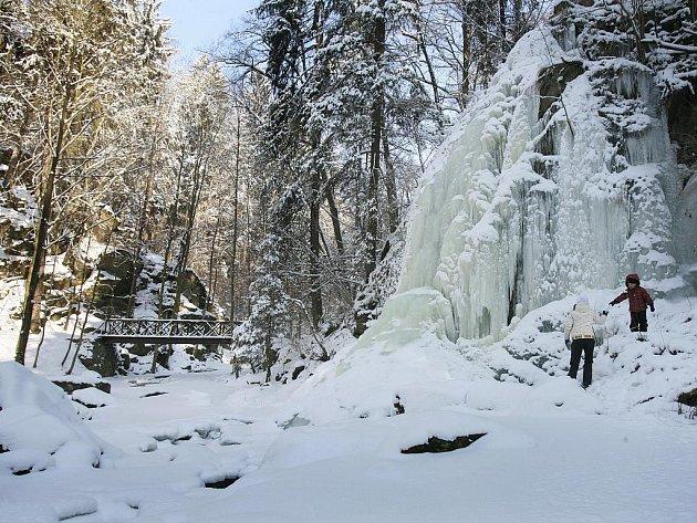 Terčino údolí u Nových Hradů nabízí romantickou procházku mezi zasněženými stromy, lázničkami až k zamrzlému vodopádu.