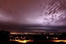 Jih Čech bičovaly o víkendu silné noční bouřky. V noci z neděli na pondělí se sešlo několik bouřkových mraků nad českobudějovickou pánví. Za bouře bývá relativní vlhkost vzduchu extrémně vysoká, vzduch se při úderu ohřeje až na 30 000 °C.