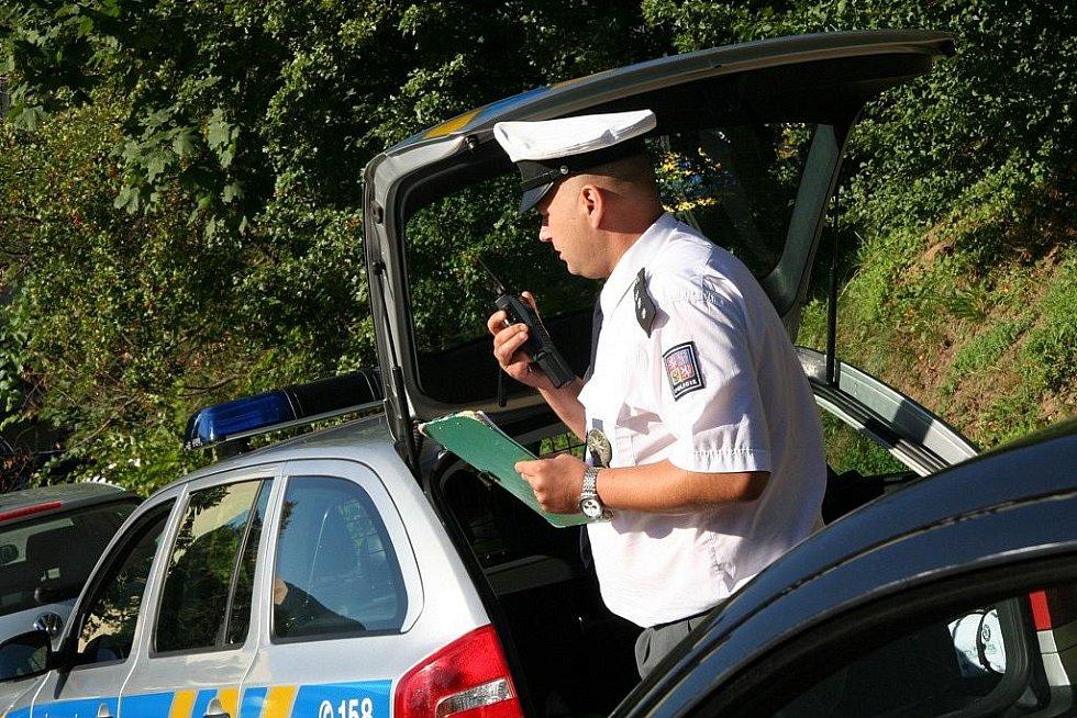 Policisté kontrolují řidiče, zda dodržují pravidla provozu.