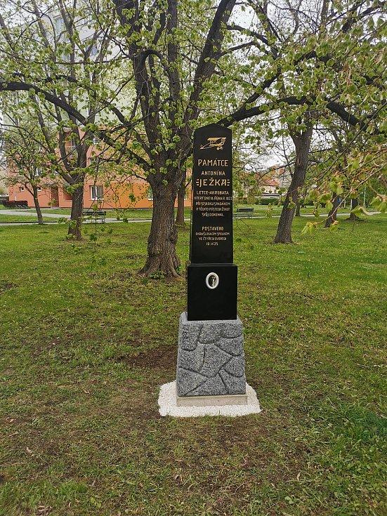 Ve čtvrtek 6. května vrátili nadšenci zčeskobudějovické Vojensko–letecké historické společnosti pomník letce Antonína Ježka na jeho původní místo.