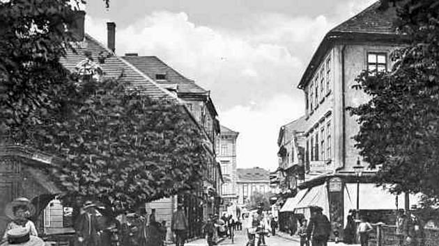Pohled do Kanovnické ulice ze sadů před rokem 1908.