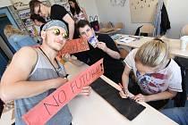 Kostýmy a transparenty si na páteční majálesový průvod chystají studenti Vyšší odborné školy a Střední školy v Českých Budějovích.
