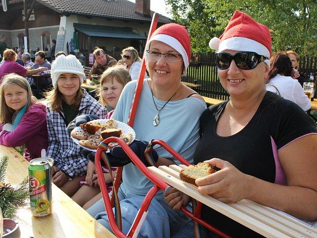 Na vánočce, cukroví a dalších dobrotách si při letních Vánocích v Trocnově pochutnávaly 24. srpna také kamarádky Irena a Renata (zleva).