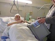 Z postele volil v českobudějovické nemocnici Pavel Kocina z Českých Budějovic.