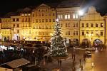Vánoční atmosféra u rozsvíceného stromu v Českých Budějovicích.