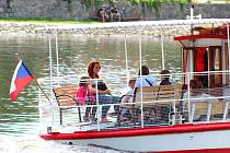 Vltava je cílem letních výletů. Na snímku lidé vyrážejí na vyhlídkovou plavbu z Týna nad Vltavou.
