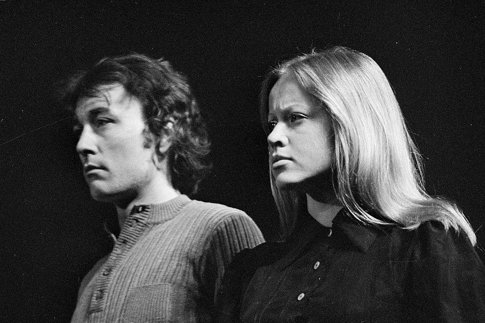 Břetislav Slováček hrál v Jihočeském divadle v letech 1972 až 1974.  Na fotografiích s Janou Švandovou ve hře Valentin a Valentina.