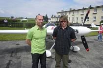 Předseda Aeroklubu Hosín Pavel Pígl (vlevo) a dispečer Vladimír Caldr