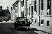 Ševčíkova ulice. Pohled směřuje od Husova náměstí k děkanskému kostelu. Na domě, kde působil, má houslový mistr desku.