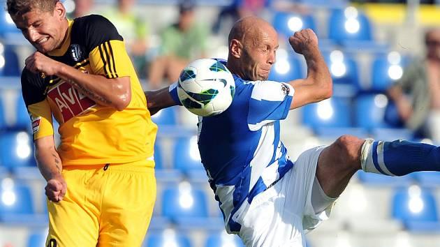 Fotbalisté Dynama vedli v půli v Mladé Boleslavi 2:0 (před Filipem Rýdelem odkopává boleslavský Petr Johana), přesto nakonec jeli domů bez bodů.