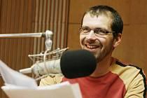 Filip Černý si práci za mikrofonem užívá.