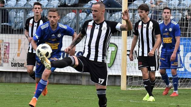 Jiří Kladrubský (na snímku z minulého utkání s Varnsdorfem) při odkopu bude Dynamu v Třinci zřejmě chybět.