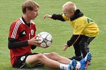 Nový trávník na dynama si s jedním z malých fanoušků vyzkoušel i stoper Pavel Novák. Den nato rozhodl o výhře Dynama v Mol Cupu v Českém Brodě.