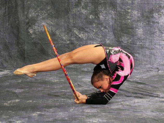 Lenka Macháčková se prezentovala velmi dobrým výkonem. Moderní gymnastika je tvrdá řehole, vyžaduje náročný trénink, dokumentuje  to i snímek ze závodů.