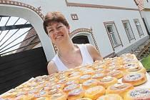 Milena Hálová z Holašovic peče koláčky na slavnosti.