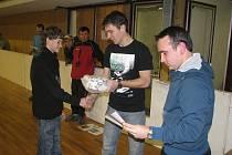 REPREZENTANT. Ocenění pro nejlepšího střelce turnaje, kterým byl Dušan Pinc z FC Písek, předávali vedoucí sportovních tříd Tomáš Maruška (vpravo) a fotbalový kanonýr David Lafata.