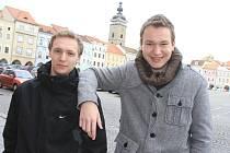 Velký zájem vzbuzuje píseň, kterou nahráli Jaroslav Janeček (vlevo) a Jaroslav Stolička.
