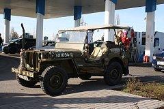 Kolona vojenských vozidel americké armády vyjela v sobotu 14. dubna uctít památku padlých letců USA v okolí Českých Budějovic. Sraz byl ve Vrátě.