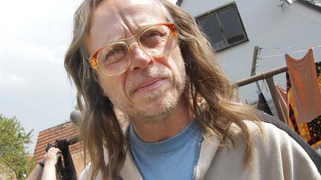 Herec Karel Roden, rodák z Českých Budějovic, slaví 18. května padesátiny. Na snímku z natáčení filmu Čtyři slunce v jihočeských Miroticích.