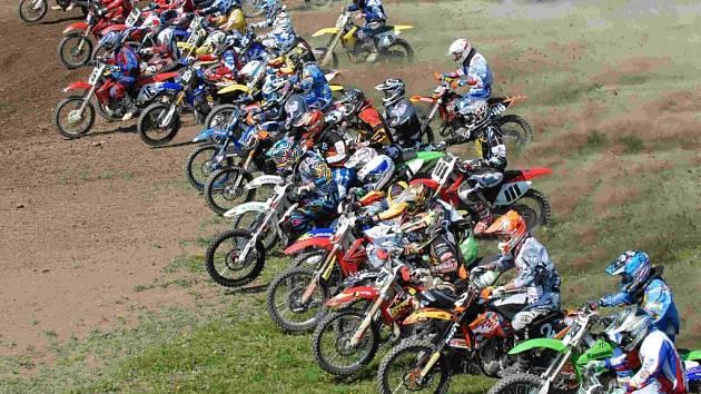 Start závodu třídy open v Netolicích.