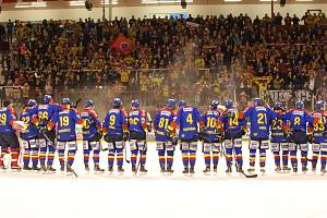Hokejisté ČEZ Motoru slaví se svými fanoušky vítězství na Slavii.