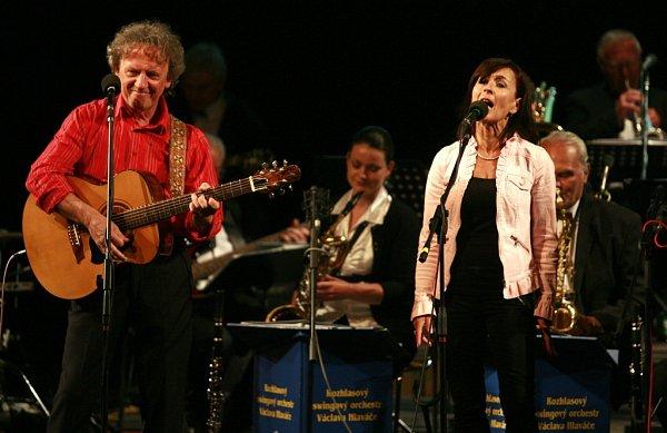 Folková skupina Nezmaři slaví 35let, ve  středu 9.října má výroční koncert vDK Metropol. Na snímku Tonda Hlaváč a Šárka Benetková.